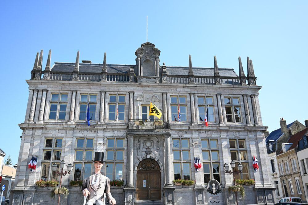 DSC_0114  pour site f Voici l'hotel de ville de Bergues avec un personnage..jpg