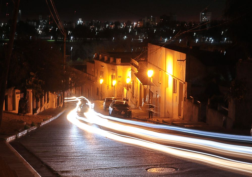 luz fantasma de autos subiendo una pendiente de noche.jpg