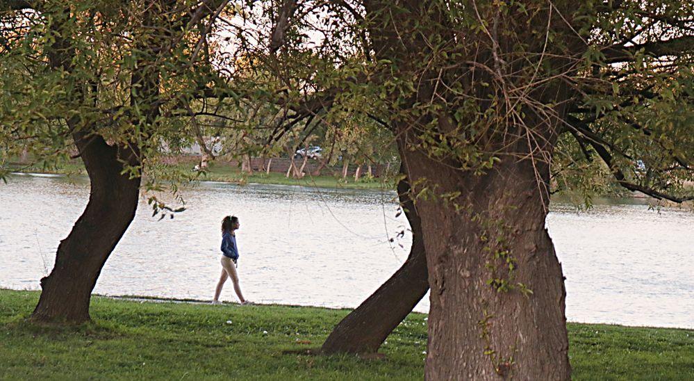 Mujer Caminando por la Costanera.jpg